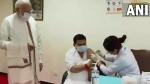 दिव्यांग अरुण रॉय को लगा 100 करोड़वां टीका, PM मोदी ने पूछा-डोज लेने में इतनी देरी कैसे हुई?