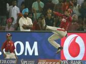 IPL 10: गजब की फिल्डिंग, सुपरमैन बन इस खिलाड़ी ने रोका छक्का