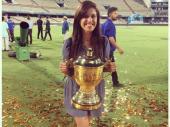 IPL ट्रॉफी के साथ नजर आई ये 'मिस्ट्री' गर्ल आखिर कौन हैं...?