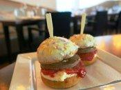 राजीव चौक मेट्रो स्टेशन में बर्गर किंग रेस्टोरेंट के बर्गर में निकला प्लास्टिक, खाने वाला भर्ती