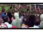 VIDEO: कश्मीरियों को समझाता सेना का अधिकारी- 'आप कौन सी लड़ाई की बात कर रहे हो यार, मैं तो बचाने की कोशिश कर रहा हूं'