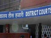 दिल्ली की तीस हजारी कोर्ट के बाहर पति ने पत्नी और बेटे को चाकूओं से गोदा
