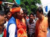 झारखंड में भाजपा कार्यकर्ताओं का स्वामी अग्निवेश पर हमला, पीटा, कपड़े फाड़े