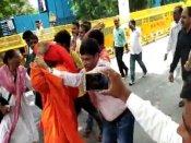 वाजपेयी को श्रद्धांजलि देने पहुंचे स्वामी अग्निवेश के साथ BJP मुख्यालय में हाथापाई