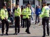 भरे बाजार में चाकू लेकर शख्स को मारने दौड़ी महिला, पुलिस के उड़े होश