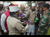 Minorities Rights Day: हाथ में कटोरा लिए मदरसा शिक्षकों ने मोदी-योगी के नाम पर मांगी भीख