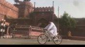 सलमान खान ने सफेद कुर्ते-पजामे में लाल किले के सामने दौड़ाई साइकिल, वायरल हुआ वीडियो