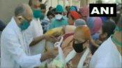 Video: MP में कांग्रेस नेता दिग्विजय सिंह राशन बांटते रहे, सोशल डिस्टेंसिंग की धज्जियां उड़ती रहीं