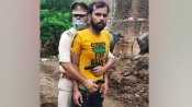 रैंबो दरोगा: कट्टे के साथ युवक को पकड़े पुलिसवाले की फोटो वायरल, जानिए पूरी कहानी?