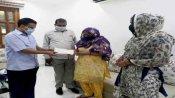 सीएम केजरीवाल ने कई लोगों की जान बचाने वाले मृतक फायरमैन के परिवार को दिया 1 करोड़ का चेक