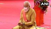 धोती-कुर्ता पहनकर पारंपरिक अंदाज में पीएम मोदी ने किया भूमि पूजन, वायरल हुई तस्वीरें