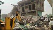 कासगंज: भरभरा कर गिरा दो मंजिला मकान, मलबे में बच्ची समेत दबे तीनों लोगों को रेस्क्यू कर बचाया