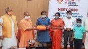 NEET में टॉप करने वाली कुशीनगर की आकांक्षा को सीएम योगी ने किया सम्मानित, किया ये वादा