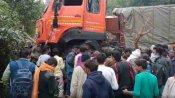 फिरोजाबाद: सवारियों से भरे टेंपो पर पलटा सीमेंट से लदा ट्रक, चार की मौत