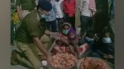 दिवाली की रात 10 बजे तक नहीं बिका था गरीब परिवार का एक भी दीया, फरिश्ता बनकर आए पुलिस अधिकारी ने खरीद लिये सारे दीये