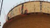हरदोई में 'जमीन पर कब्जा', प्रयागराज में परिवार संग पानी की टंकी पर चढ़ा अधिवक्ता, सीबीआई जांच की मांग