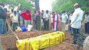 आखिरी इच्छा पूरी करने के लिए तीन महीने बाद कब्र से निकाला मां का शव, पिता के पास दफनाया