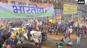 ट्रैक्टर मार्च: दिल्ली के स्वरूप नगर में किसानों पर बरसाए गए फूल