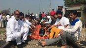 हरियाणा: किसानों ने गृहमंत्री अनिल विज के गृहजिले अंबाला में रोकीं रेल, बच्चों को भी ट्रैक पर बिठाया
