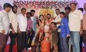 शादी में अनोखा गिफ्ट : दूल्हा-दुल्हन को दोस्तों ने दिया LPG सिलेंडर, पेट्रोल और प्याज, Video Viral
