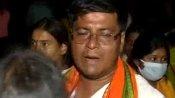 वोटिंग खत्म होने के बाद पोलिंग बूथ के बाहर इकठ्ठे हुए BJP-TMC के कार्यकर्ता