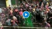 यूपी के शाहजहांपुर में लोगों ने खेली जूते-मार होली, वायरल हुआ वीडियो