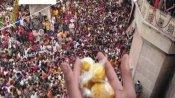 बरसाना की 'लड्डू मार होली' में उमड़ा लोगों का हुजूम, सोशल डिस्टेंसिंग की उड़ी धज्जियां