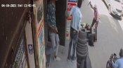 दिल्ली: बीच बाजार पति ने पत्नी को 25 बार मारा चाकू, बचाने की बजाए वीडियो बनाते रहे लोग