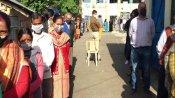 हिमाचल में नगर निगम चुनाव की वोटिंग आज हो रही, मास्क पहने वोटर ऐसे आ रहे वोट डालने
