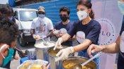 कोरोना संकट में लोगों की मदद को आगे आईं जैकलीन, अपने हाथों से गरीबों में बांटा खाना