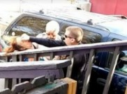 VIDEO: गिरफ्तारी का किया विरोध तो पुलिस आॅफिसर ने महिला के मुंह पर जड़ दिया मुक्का