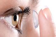 एक महिला ने आंखों में लगा रखे थे 27 कॉन्टेक्ट लेंस, डॉक्टर के चेकअप्स के बाद हुआ खुलासा