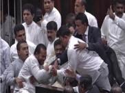 श्रीलंका: संसद में राजपक्षे और विक्रमसिंघे के सांसदों के बीच हाथापाई