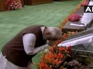 जब संविधान के आगे नतमस्तक हुए पीएम मोदी, देखें VIDEO