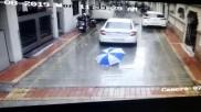 छाता ताने बैठे 6 साल की बच्चे पर चढ़ी रिवर्स में आ रही कार, वीडियो देख रह जाएंगे दंग