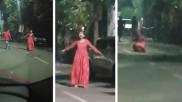 VIDEO: सड़क पर अचानक चीखते हुए उल्टे पांव दौड़ने लगी लड़की