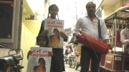 'मुझे न जलाना': बेटियों को स्कूल से लाने अग्निशमन यंत्र के साथ पहुंचे सपा नेता