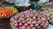 Onion & Tomato Price: फेस्टिवल सीजन में रुला रहा प्याज, टमाटर की 100 के करीब, जानें कीमतों में कब होगी गिरावट