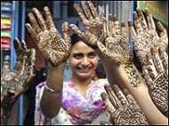 'झुलस रही हैं भारतीय महिलाएँ'