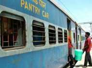 भूखे-प्यासे यात्रियों ने लूटा ट्रेन का पेंट्रीकार