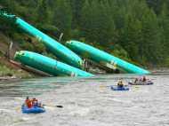 अमेरिका में अजीब हादसा पटरी से उतरी ट्रेन और नदी में गिरे एरोप्लेन