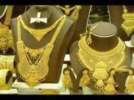 महंगा हुआ सोना, चांदी की कीमत में गिरावट, जानिए 10 ग्राम सोने की कीमत