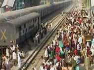 ट्रेन से कटकर चार मजदूर और एक इंजीनियर की मौत