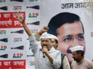 दिल्ली: चुनावी रैली में केजरीवाल पर पड़े अंडे और पत्थर