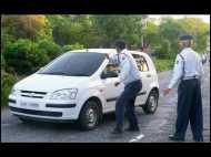 नो-एंट्री में घुसा शख्स, रोकने पर पत्नी ने पुलिस वाले को मारा थप्पड़
