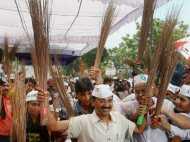 सड़कों पर झाडू लेकर उतरे 'आप, विरोधियों ने बताया नौटंकी