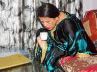 PICS: पैरों से चाय पीती महिला को देख हैरान रह जायेंगे