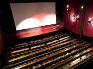 Video: राष्ट्रगान के समय न खड़े होने पर परिवार को निकाला थियेटर से बाहर