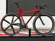 PICS: साइकिल पंक्चर हुई तो कंधे पर लेकर दौड़ा रेसर