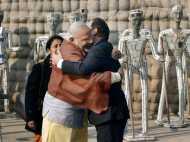 पीएम मोदी ने ओलांद को लगाया गले, तो अमेरिकी मीडिया ने उड़ाया मजाक